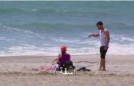 بالفديو : شاب مصرى فى امريكا يعاكس الفتيات على الشاطئ وهو يتحدث بالعربىه
