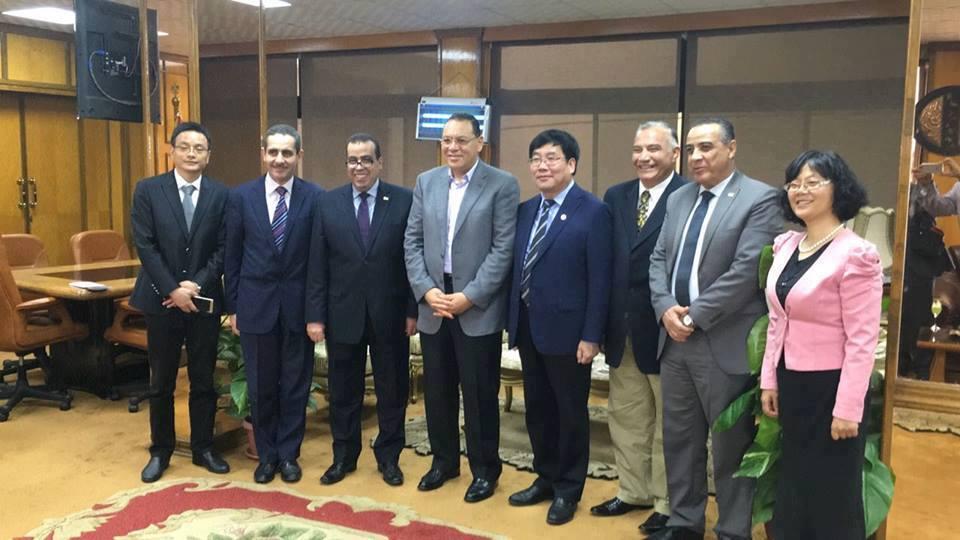 بالصور : رئيس جامعة قناة السويس يستقبل رئيس جامعة خيبى بالصين والوفد المرافق له .