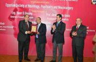 جامعة اسيوط تكرم عبدالمنعم والدسوقى خلال مشاركتهم بمؤتمر كلية الطب للامراض العصبية والنفسية