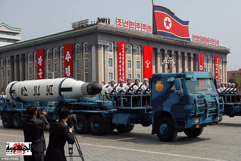 بالصور : زعيم كوريا الشمالية يتحدى ترامب بقاذفات قنابل ونظارات ليلية ( صور )