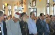 بالفيديو في مصر  :قس يتصدر الصفوف الاولى لصلاة العصر أثناء افتتاح مسجد جديد..