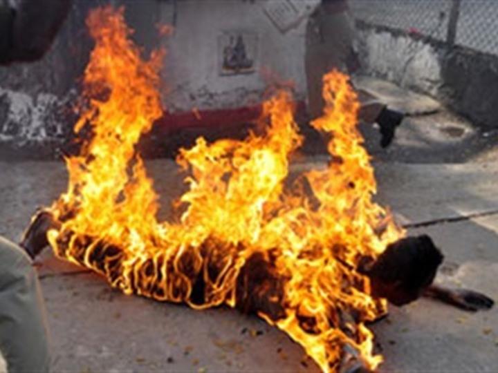 زوج يحرق زوجته لتلقي حتفها بههيا - شرقية