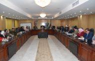محافظ الفيوم يعقد اجتماعاً مع رؤساء المصالح والقطاعات لتنفيذ المبادرات الشبابية