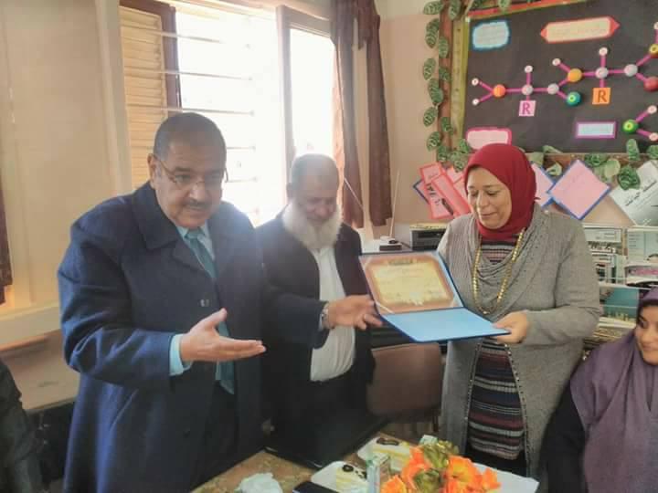 بالصور : النيلي يكرم مديرة مطروح الثانوية بنات لبلوغها سن المعاش