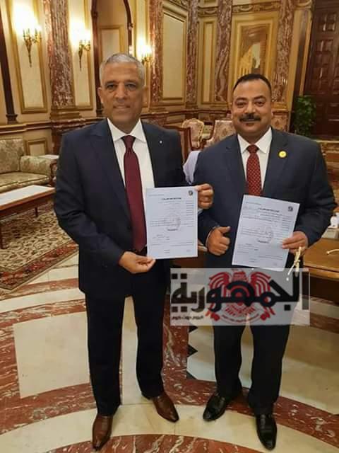 النائب على عبد الونيس يوقع على استمارة ترشيح الرئاسة.
