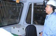«وزير النقل» يرتدى «عفريتة» لمعاينة 5 جرارات متوقفة منذ سنوات لإعادة تشغيلها