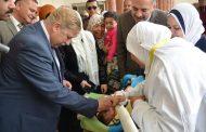 بالصور : محافظ الاسماعيلية يتابع انطلاق الحملة القومية للتطعيم ضد مرض شلل الأطفال و يقوم بتطعيم أول طفل بمركز طب الشيخ زايد .