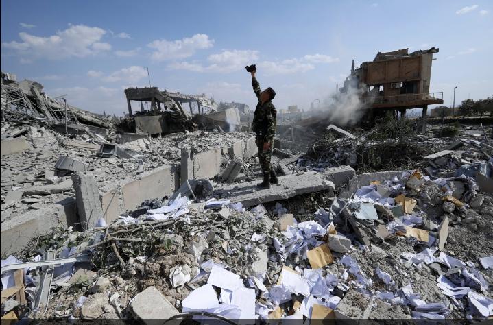 بالصور .. سيلفي لجندي قوات التحالف  من اعلى حطام معسكرات قوات الاسد