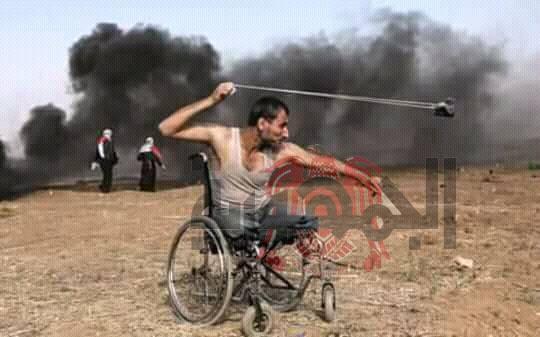 بالصور ..الشهيد الشاب فقد قدمية في حرب غزة 2008 واليوم اشتشهد في مسيرة  العوده