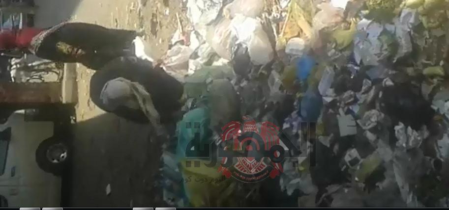 شاهد بالفيديو ..مواطن شرقاوي يأكل من القمامة ومع بداية شهر رمضان بمدينة الزقازيق