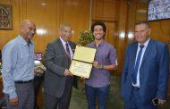 محافظ الاسماعيلية يكرم علاء الدين عبد العزيز الحاصل على المركز الرابع في بطولة العالم لسباحة الزعانف.