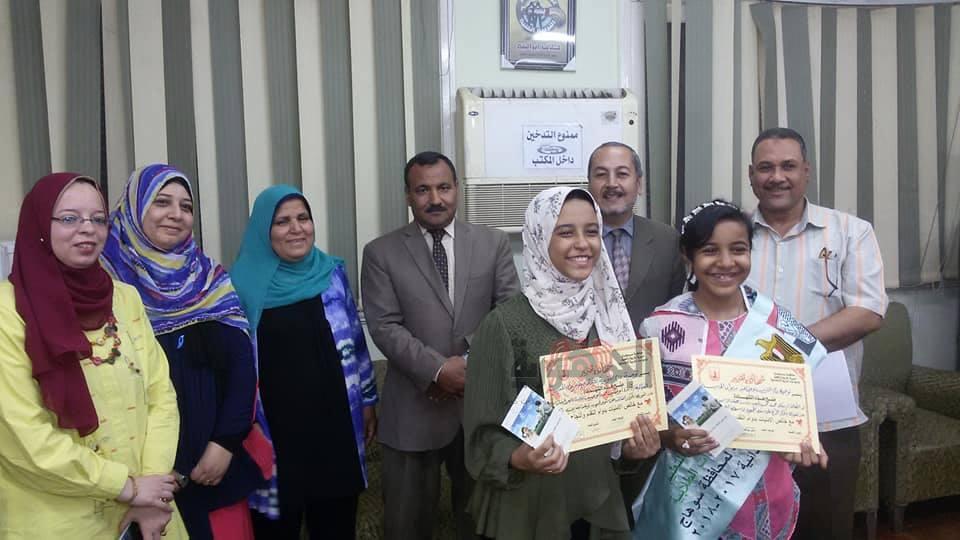 وكيل تعليم سوهاج يكرم طالبتان فازتا علي الجمهورية في مسابقات التربية الاجتماعية