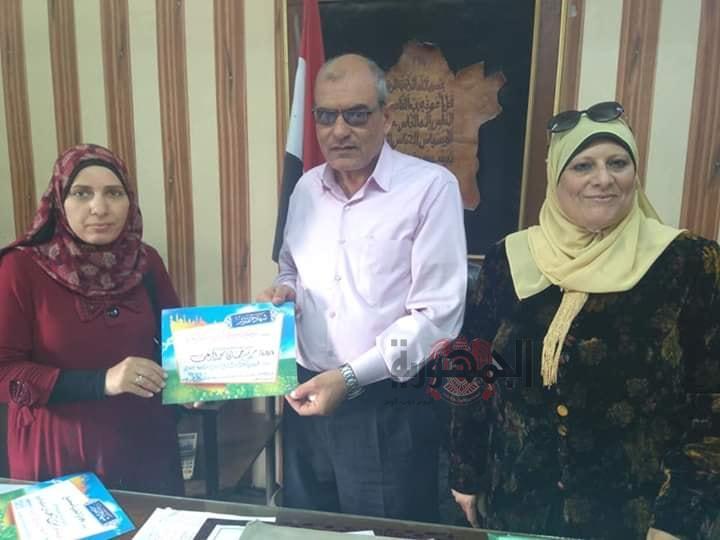 تكريم طالبة ميت عساس لفوزها بالمركز الرابع جمهوريه في القصه القصيره