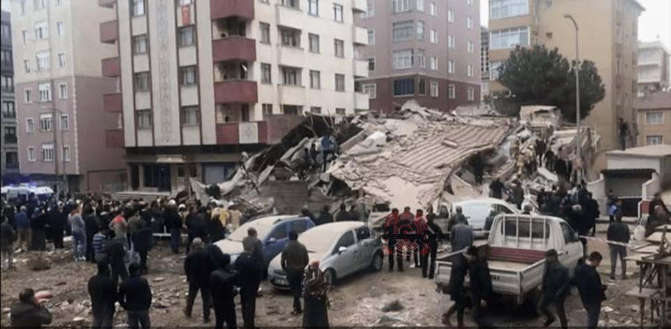انهيار ١٤ شقة في ٧ طوابق واحتجاز سكان تحت الأنقاض