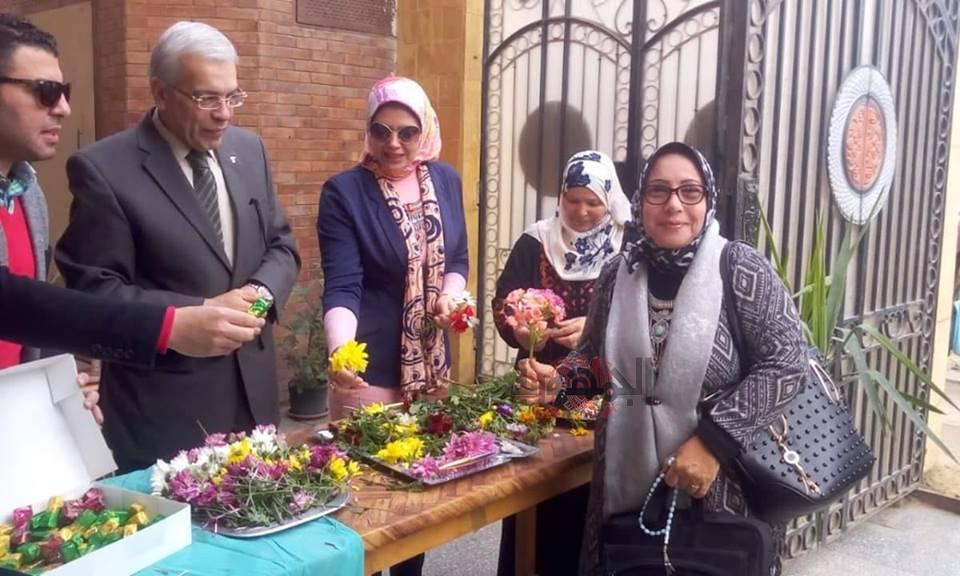 عجلان يقدم باقات الورود للأمهات بتعليم القليوبية احتفالا بعيد الأم